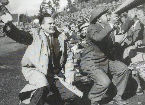 FINALEJAKT: Asbjørn Jørgensen (til venstre) og Kåre Sortnes dro i gang heiaropene foran 12.000 tilskuere på Strømmen stadion under kvartfinalen mot Larvik i 1957.