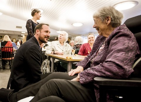 GOD SAMTALE: Kronprins Haakon i samtale med Vera Lilleaas. Hun fortalte at om stor trivsel, før hun ønsket kronprinsen og hans familie god jul. foto: Tom Gustavsen