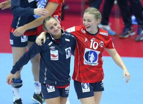 NYTT MESTERSKAP: Under EM for to år siden, kunne Stine Bredal Oftedal (til høyre) juble sammen med Camilla Herrem. Nå er sistnevnte vraket.