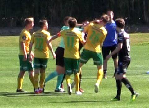 Ull/Kisa-spiller Espen Garnås havnet i basketak med Sandnes Ulf-spiller Sanel Kapidzic. Se video litt lenger ned i artikkelen.
