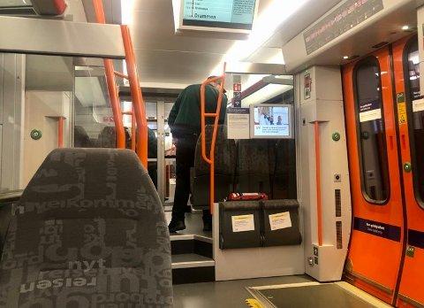 Mange sniker på toget under koronapandemien. Kontrollørene tar flere under billettkontrollen, som blant annet på dette toget mellom Oslo og Drammen tidligere denne uken.