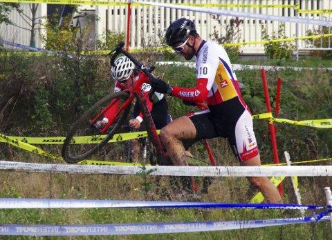 FARTSFYLT HINDERLØYPE: I sykkelkross er det ikke uvanlig at rytterne må av syklene for å forsere et hinder. ALLE FOTO: PER D. ZARING Arkiv