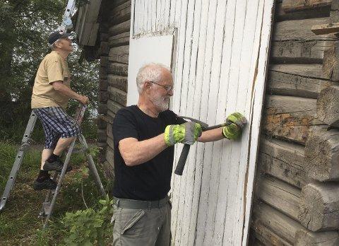 Historisk: Jan Erik Ask i Hyggen Historiegruppe og Amund Kjellstad ved Røyken Historielag i et «historisk» samarbeid for å redde en av bygdas eldste bygninger.