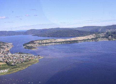 ENORME OMRÅDER: Hurumlandet har store områder som kan brukes av enten næringsliv eller til utbygging av boliger. Her sett sørfra mot Svelvikstrømmen.