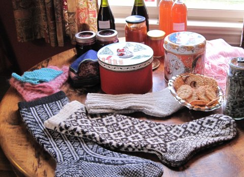 JULEMESSE: Håndarbeid , matprodukter  og andre julegaver kan kjøpes på misjonsforeningenes julemesse i Slemmestad.