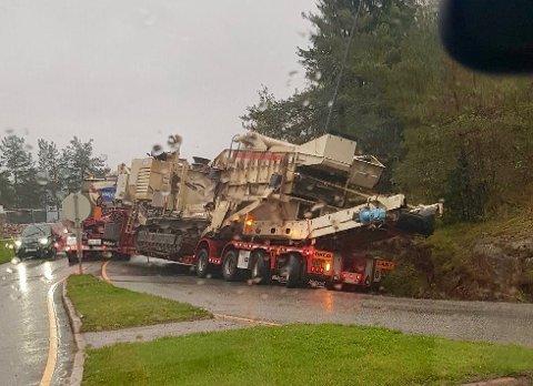 I GRØFTA: Lastebilen endte opp med deler av bakparten i grøfta i Sætrebakkene.