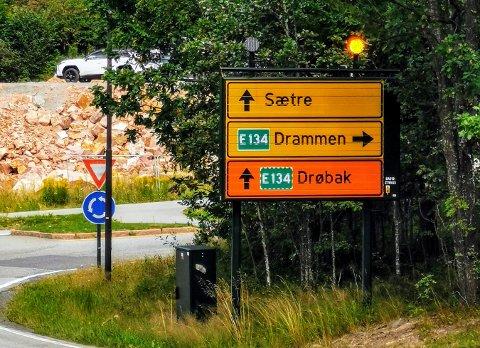 UNØDVENDIG OMKJØRING: I Sætrebakken ved avkjøringen til E134 er omkjøring til Drøbak skiltet rett fram, ned mot Sætre sentrum. Ettersom denne trafikken skal ledes via Oslo, er korteste vei til E134 til høyre i rundkjøringen.