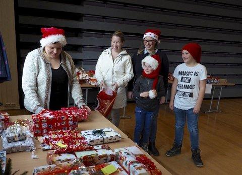 Gaver med omtanke: Fra venstre: Merethe Vallesether, Heidi Larsson, Hanne Pettersvold-Nilsen, Andrea Luneg-Nilsen og Oskar Bjørlo var på kommunelokalet lørdag.  Alle foto: Svein-Ivar Pedersen