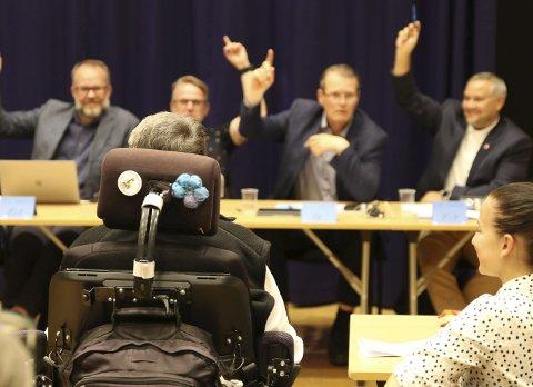 Full enighet: Alle politikerene rakk opp hånden på spørsmål om de ville ha privat og kommunal BPA-ordning. ALLE FOTO: INGUNN HÅKESTAD BRÅTHEN