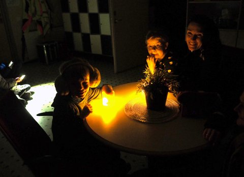 Elevene Mari Myhre og Theo Hallan Revheim ventet i mørket sammen med Ragnhild Bakke.