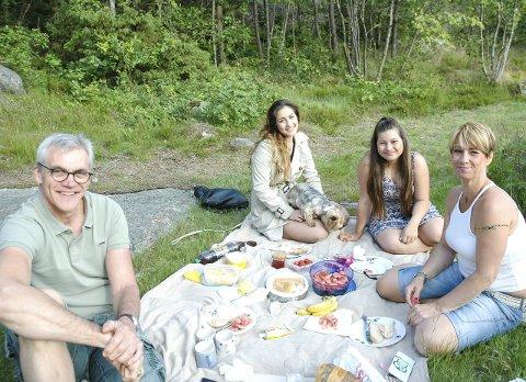 Piknik: Heidi Tveitan og familien har ofte piknik på Preståsen. V.b. Jamilla Tveitan og Hanim Victoria Tveitan. Foran: Ole Andreas Thorsen og Heidi Tveitan. alle foto: hanne bergby olsen