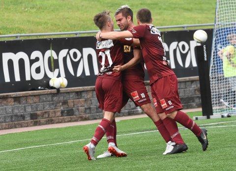 JUBEL: Anton Kralj, Rufo og Tobias Svendsen jubler for SF-scoring mot Notodden.