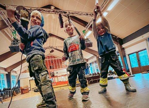 TIDLIG KRØKES: Dugnadsguttene digger å hjelpe til. Nå skal kulturhuset Vonheim få seg et realt løft til glede for gjengen i Kodal Ungdomslag og bygda forøvrig.