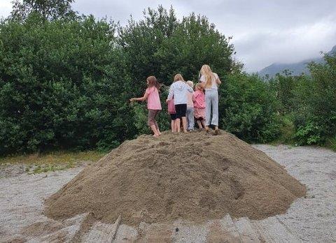 Ungene på skolen tok straks sanden i bruk.