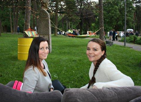 PÅ FESTIVAL: Lene Holmen (t.v) og Stine Marie Aasberg passet på å teste sofaene under Glengfestivalen.