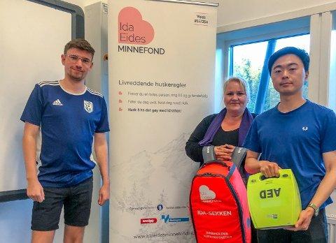 FORNØYDE: Tobias Tuft Mortensen (f.v), Monika Hansen og Audun Mortensen tok imot gaven på vegne av Askim Fotball fra Ida Eides Minnefond.