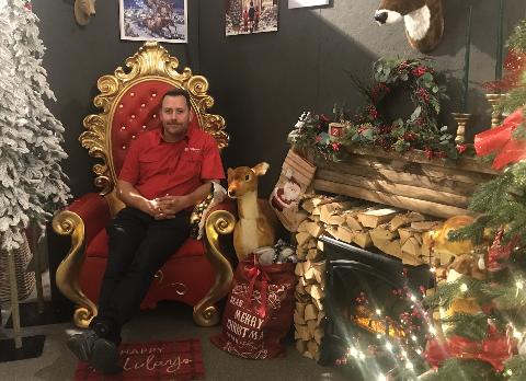 Daglig leder og anleggsgartner John Keim i nissestuen i julebutikken til Edens have.