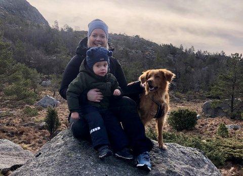 FAMILIE PÅ TUR: Stine Haaland på tur i Holtaheia saman med sonen Johannes Byberg og tolleren Milly.