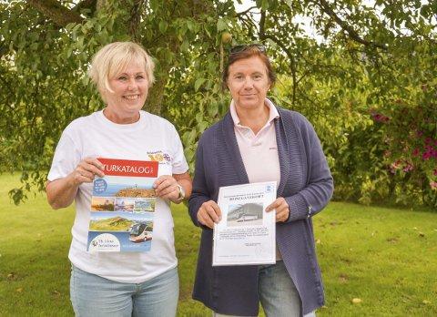 UT PÅ TUR: Årets vinner av Kiwanis-lotteriet ble Rune skog og Kjersti Berg Andersen og Eva Bredesen var og delte ut turkatalog slik at de kunne starte planlegging av en ferietur.