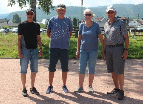 (F.v.) Knut Berger, Johnny Øyre og Bjørg og Terje Thorkildsen kobler av i varmen med litt petanque.