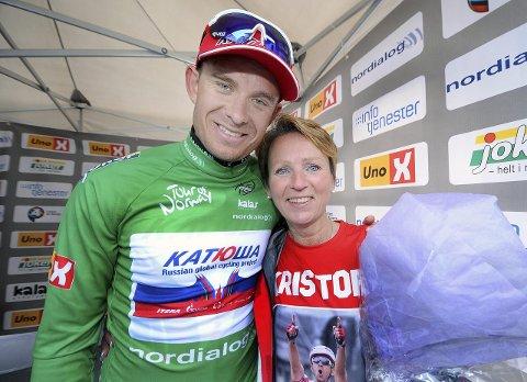 FIKK BLOMSTENE: Rita Lønn Hammer fikk alt hun kunne ønsket seg - og mer til - etter at Tour of Norway besøkte Langesund i går. Selve rosinen i pølsa var møtet med Alexander Kristoff etter målgang. foto: ole martin møllerstad