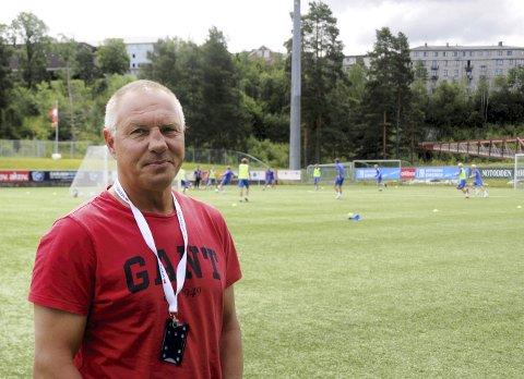 PÅ HJEMMEBANE: Torstein Røisgaard ute på banen på Optime Arena, Notodden FKs hjemmebane, der han i dag driver viktig arbeid med klubbens gatelag. FOTO: FRODE BERG