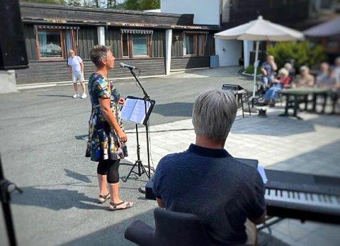 UTENDØRSKONSERT: Marianne Tovsrud Knutsen, Tor Egil Skaar og Roger Uppstrøm underholdt med sang og musikk både på Haugmotun, Teletunet og i Gransherad.
