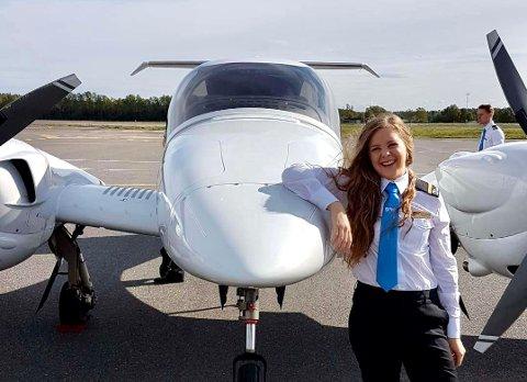 TAKKNEMLIG: Pilotstudent Lillian Taasaasen (27) er glad hun får mulighet til å fullføre flytreningen på Notodden. Hun og de tretten andre studentene har alle testet negativt for Covid-19 før de kom til Notodden.