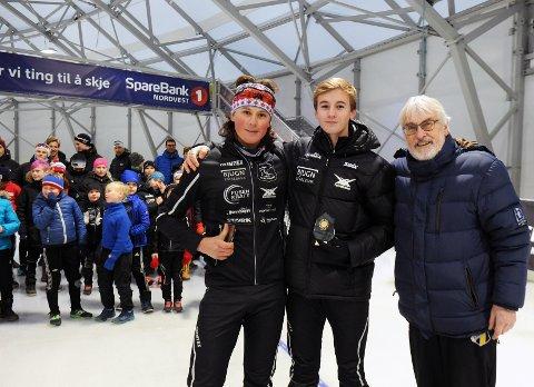 Juniorene og klubbkameratene fra Bjugn/Ørland skøyteklubb Birk Finnstø Refsaas (til venstre) satte banerekord på 1.000 meter, Simon Aannø vant 500 meter. Stevnegeneral Tor Olsen delte ut deltakerpremier til alle i ishallen som nå virkelig setter Kristiansund på kartet.