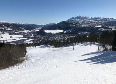 AVSLUTNING: Det kan bli tidens helg i alpinbakken i Sæterlia, i alle fall vær- og føremessig, når Surnadal Alpinsenter inviterer til sesongavslutning.