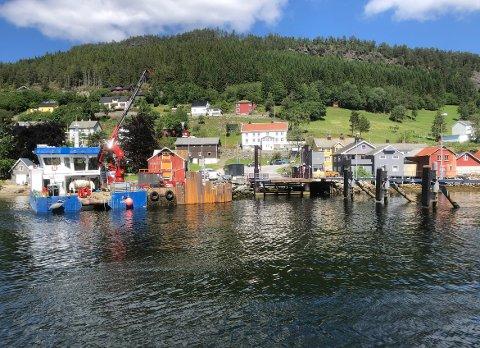 PAUSE: Arbeidet med utbetring av fergekaia på Kvanne er ferdig for denne gong, men arbeidet startar igjen i august.