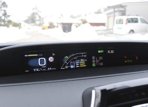 Følg energistrømmen: Midtplasserte instrumenter med poeng for økonomisk kjøring i hybriden Prius.