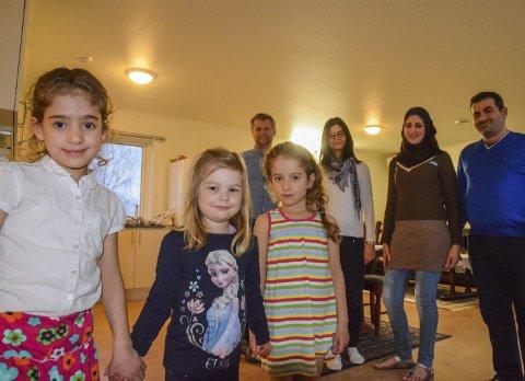 INTEGRERING: To familier har funnet tonen i flyktningvenn-prosjektet på Nøtterøy. Bildet er fra en sak Tønsbergs Blad skrev om flyktningervenner.  Jimmy Jarvaag Wilkie ogh Kristine Jarvaag Wilkie (bak fra venstre) har blitt bedre kjent med Amant Haider og Ahmad Darwish. Det samme har barna Baylasan Haider, Julie Jarvaag Wilkie og Yafa Haider. Men fortsatt venter kommunene i Vestfold på et stort antall flyktninger.