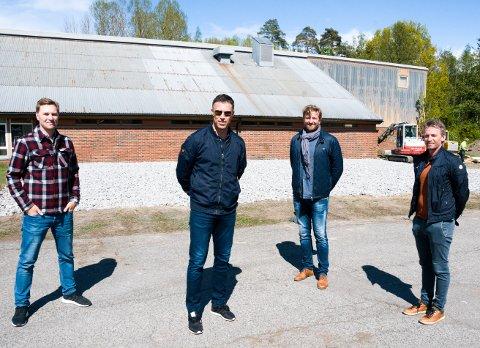 KJØPESUMMEN: Thomas Udness (til venstre), Ronny Johnsen, Tjeran Haugen og Geir Erlandsen betalte 9,5 millioner kroner for Flinthallen.