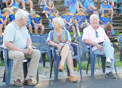 FEIRING: Æresmedlem Finn Arne Isaksen og kona Berit hadde litt mer å feire enn de fleste i Teie idrettspark torsdag. Æresmedlem Knut Mello til venstre.