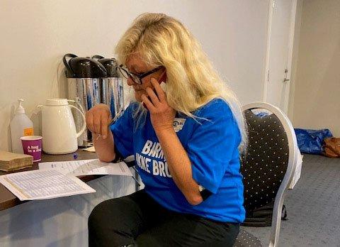 RING-RING! Her er ordfører Anne Rygh Pedersen i full gang med sin del av ringedugnaden.