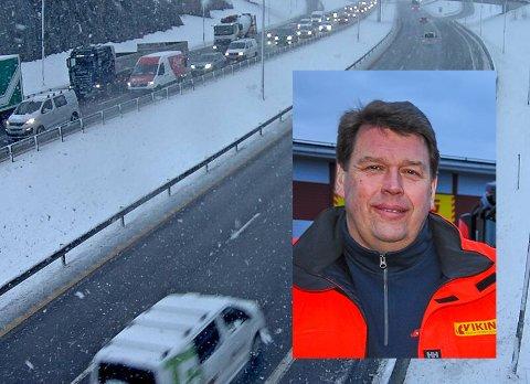 SNØEN SKAPTE TRØBBEL: Slik var det på E18 i Vestfold mandag morgen.