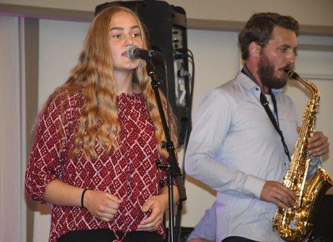 Eline Christensen sang blant annet «Vår beste dag». Her blir hun akkompagnert av Lars Marius Dalane på saxofon.