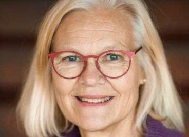 Erfaren: Annette Trondsen Spilling (62) har jobbet som prest i Norge og i utlandet, på land og på plattform. Hun bor på gården Spilling på Vegårshei, men har nå hele Norge3 som arbeidsplass. Foto: Privat