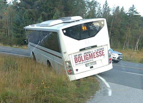 Her på Selåsvatn satte bussjåføren seg fast i grøfta tirsdag morgen.