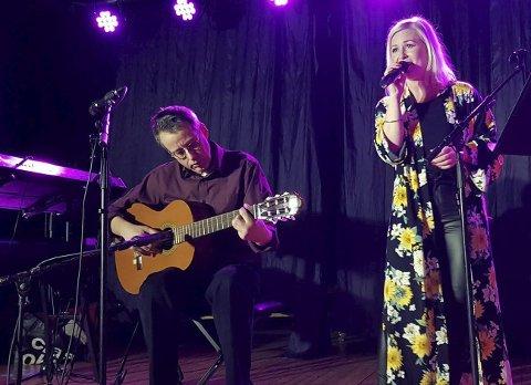 Magi: Mari Lorentzen og Anders Christian Wrolden har stor glede av å spille og synge sammen. De utfordrer hverandre med låter i ulike sjangre, og liker for eksempel å gjøre akustiske versjoner av hardrock-låter. Det falt i smak hos publikum . Foto: Uke9