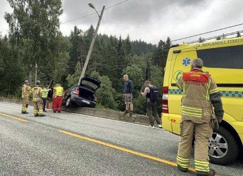 Rykket ut: Alle nødetatene rykket ut til ulykken på Nes Verk i august i fjor. Til alt hell skal det ha gått bra med sjåføren, men det ble en del materielle skader. Blant annet måtte en veilysstolpe fikses. Arkivfoto