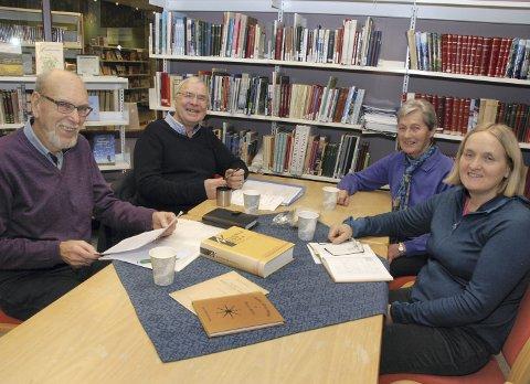 Samlar dialektord: Nils Tørto (t.v.), Erik Fjelltun, Kari Wårum og Elisabeth Bakkene har alt hatt mange arbeidskveldar her på biblioteket i Øystre Slidre.