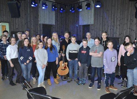 Bra gjeng: Det var mange elevar frå kulturskulane i Valdres som møtte fram til øving med Gaute Lein Ausrød frå Staut og Lars Isachsen Jemterud i Måndag.