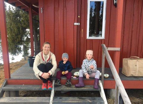 På trammen: Irene på hyttetrammen med barna Eirik og Jenny.