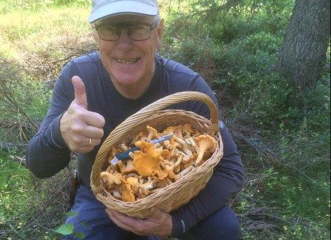 SKOGENSGULL:Egil Johansson med noe av siste dagers soppfangst fra skogene rundt Rotnes.