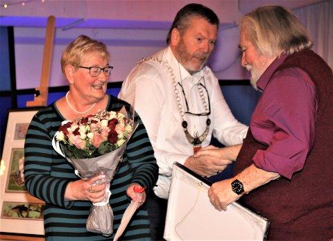 BLE SATT PRIS PÅ: Tor Åge Bringsværd ble i 2019 tildelt kulturprisen for Vestby kommune. Leder for kulturpriskomiteen, Ragnhild Lervik Johansen, og ordfører Tom Anders Ludvigsen sto for overrekkelsen.