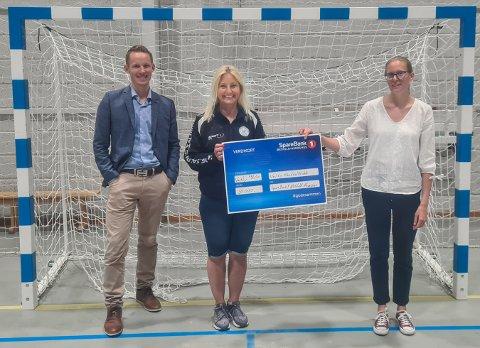 STØTTE: Lokalbanksjef Martin Frøland overrakte sjekken til Lise Saugen og administrativ medarbeider Emma Lindquist i Vestby Håndballklubb mandag.