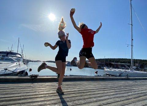 MANGE TUSEN SKRITT: Tolvåringene Aurora Molvig og Hermine Dammingen Haraldsen var fornøyde etter å ha gått i elleve timer søndag ettermiddag.