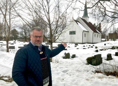 Håper: Kirkeverge Jan Heier håper på en snarlig løsning for Gjøfjell kirkegård.